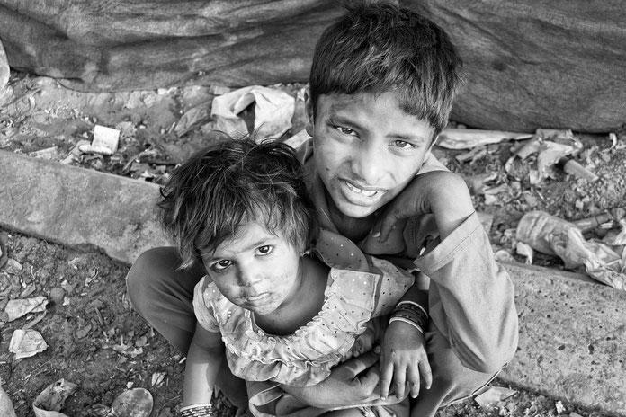 Zwei Kinder in Armut