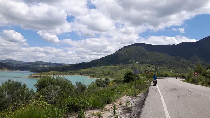De fietsroute leid je weg van de drukke doorgaande wegen. In dit geval in noordoost Frankrijk. Zo'n onverharde weg is vaak beter dan een klinkerweg. En tijdens je fietsvakantie is dat wat je zoekt.