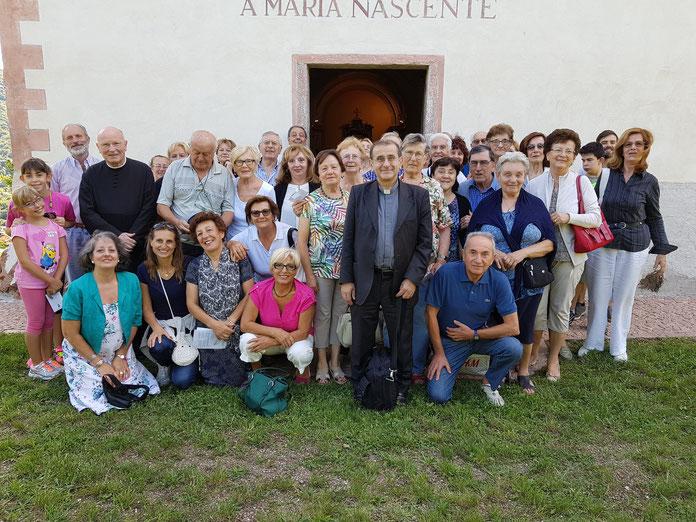 L'arcivescovo fuori dalla chiesa di S. Maria Nascente sul colle di S. Martino