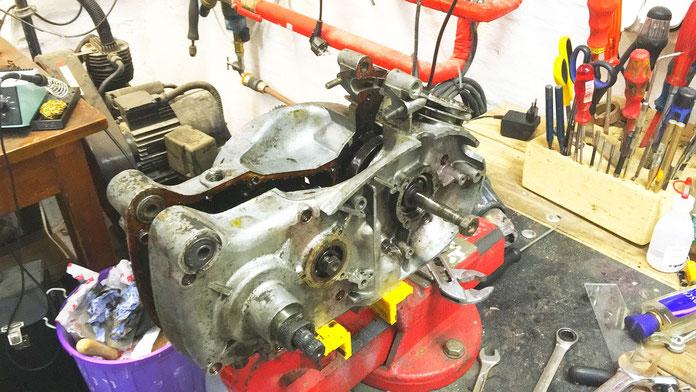 Der Motor wurde demontiert und grob gesäubert bevor er nach Zeitz zur Genealüberholung gegeben wurde.
