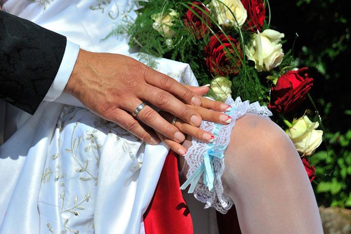 Hochzeitsfotograf Aschaffenburg, Strumpfband, Hände, Brautpaar, Blumen, Brautstrauß