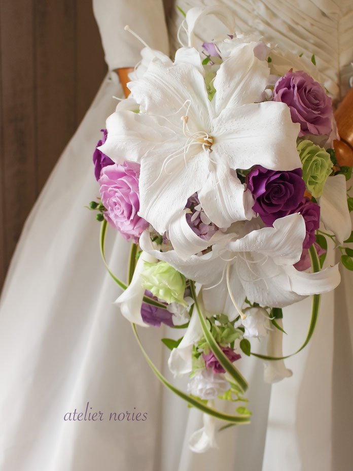 生花のバラとデルフィニウムのキャスケードブーケ