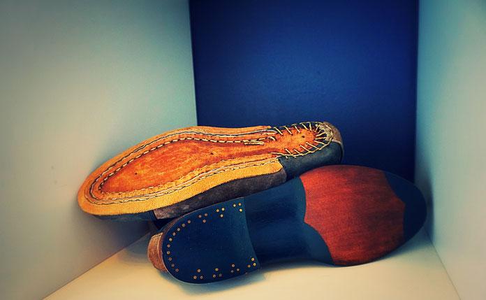 Schuhboden eines Maßschuhs in Sonderanfertigungmit optionalem Exklusiv-Ausputz blau und goldfarbenen Nägeln
