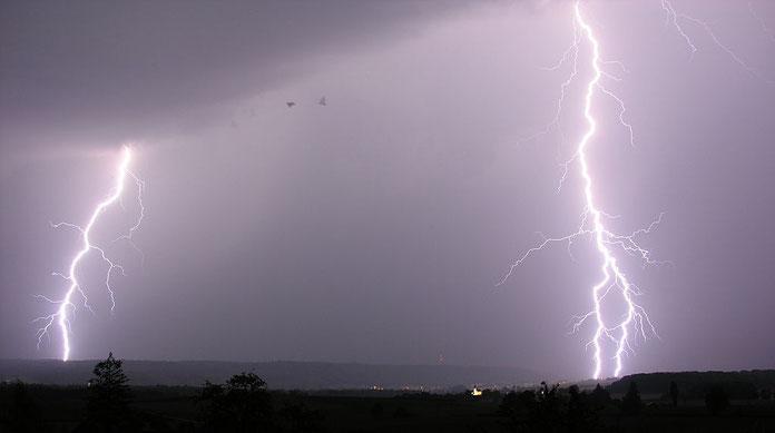 Les éclairs, le tonnerre, les voix sont associés à la puissance de Dieu et font trembler la terre. L'éclair est la lumière intense, éblouissante et brève causée par une décharge électrique lors d'un orage, zébrant ainsi le ciel obscurci.