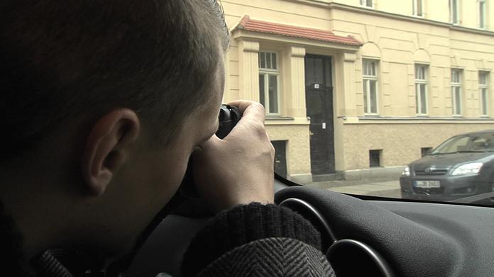 Patrick Kurtz observiert im Auto; Kurtz Detektei Essen