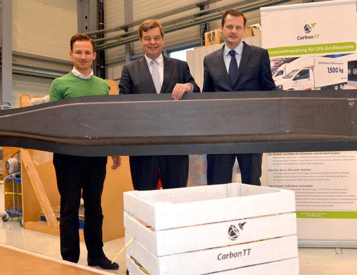 Foto von links: Gerrit Kalkoffen, Geschäftsführer der Carbon&Trailer GmbH, PSts Enak Ferlemann  MdB und Oliver Grundmann MdB