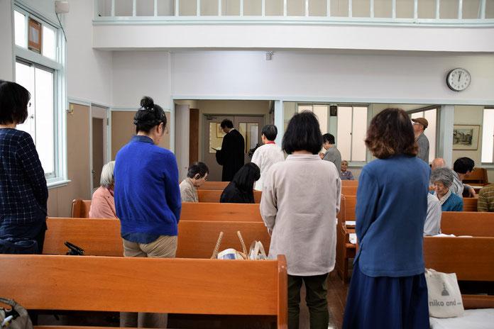 2017年10月1日(日)の報告の最後に、トイレ改修工事の感謝の祈りを一同で捧げました。