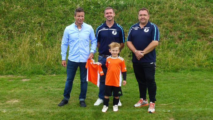 Bild: Marco Plocher mit den beiden Trainern Eduard Markus Eduard,   Kronewald Andreas und dem F2 Jugend Spieler Niklas.