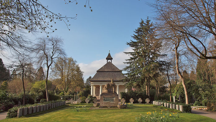 Friedhofskapelleund Ehrenmal, Blickrichtung vom Haupteingang Friedhofsallee, 04.04.2021
