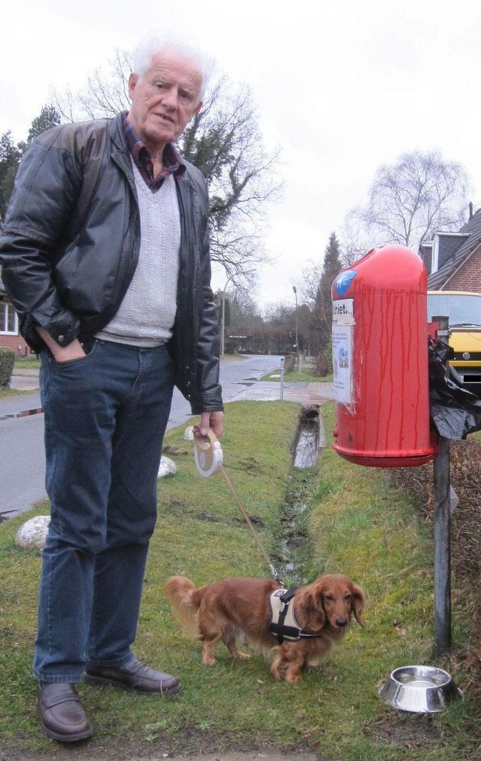 Rundumversorgung: Mülleimer, Hundekotbeutel und Wassernapf