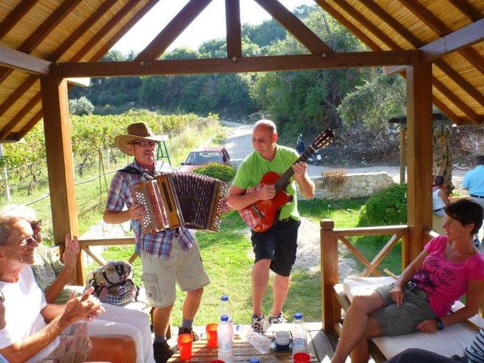Ortwin mit der Steirischen und Fritz mit der Gitarre sorgen für Stimmung.