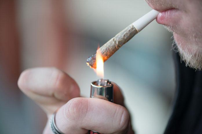 Mann raucht Joint; Privatdetektiv Dortmund, Observation, Wirtschaftsdetektei Dortmund