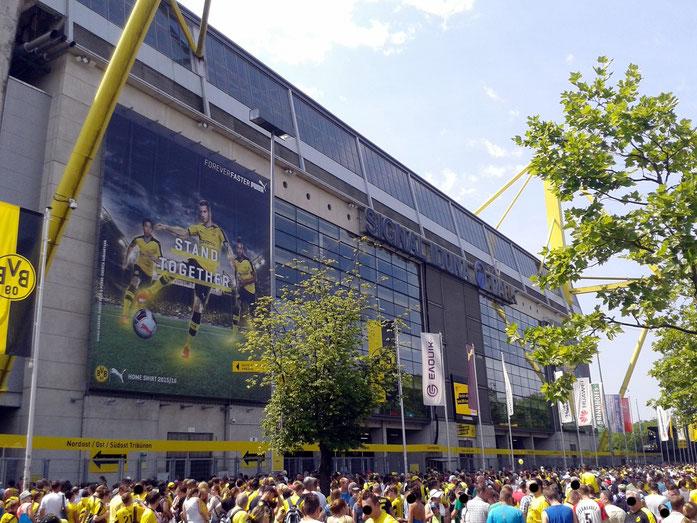 wartende Menschen vor dem Dortmunder Stadion; Detektei Dortmund, Detektiv Dortmund, Privatdetektiv Dortmund