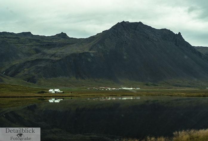 Landschaft im Snaefellsjökull Nationalpark Häuser am See