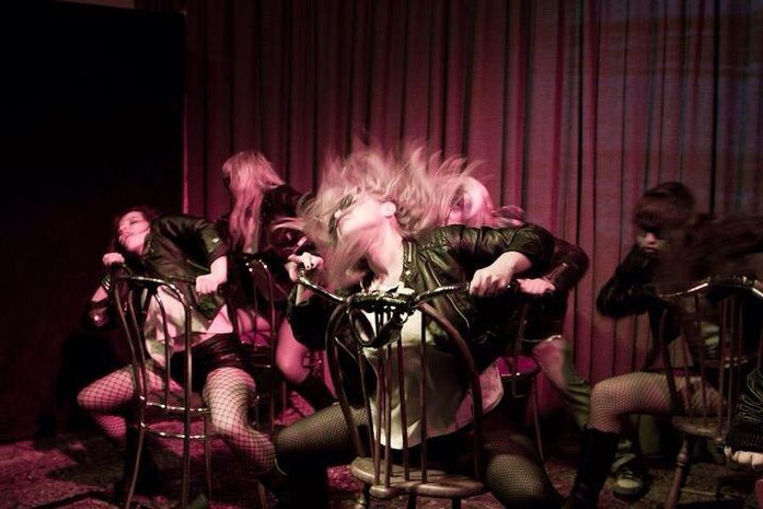 Sandy Beach (vorne) mit The Teaserettes - Deutschlands erste Burlesque Combo - Rock`n Roll auf der Bühne
