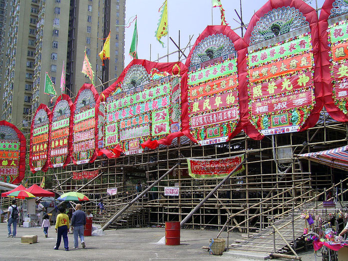 « HK ChunKwanTemple 2009ChunKwanBirthdayFestival CantoneseOpera » par Chong Fat — Travail personnel. Sous licence CC BY-SA 3.0 via Wikimedia Commons - https://commons.wikimedia.org/wiki/File:HK_ChunKwanTemple_2009ChunKwanBirthdayFestival_CantoneseOpera.JP