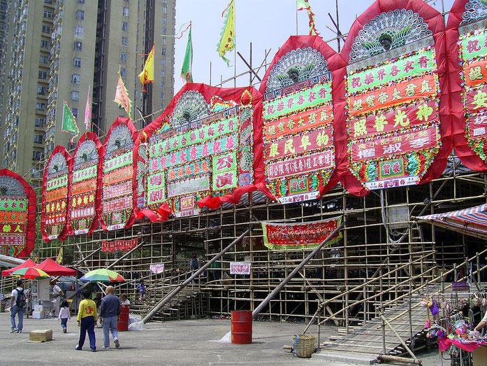 «HK ChunKwanTemple 2009ChunKwanBirthdayFestival CantoneseOpera» par Chong Fat — Travail personnel. Sous licence CC BY-SA 3.0 via Wikimedia Commons - https://commons.wikimedia.org/wiki/File:HK_ChunKwanTemple_2009ChunKwanBirthdayFestival_CantoneseOpera.JP