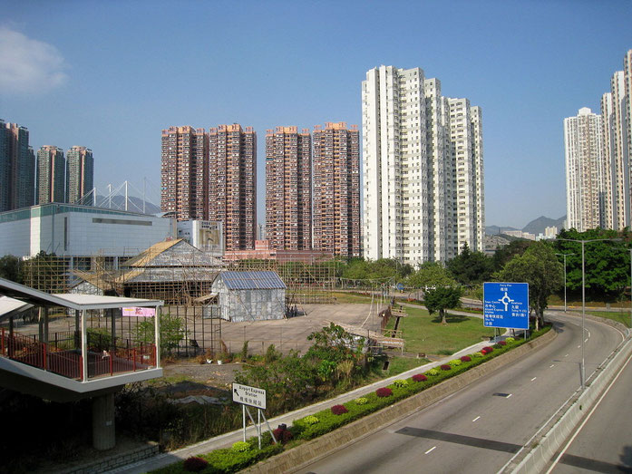 « HK Tsing Yi view1 » par WiNG — Travail personnel. Sous licence CC BY 3.0 via Wikimedia Commons - https://commons.wikimedia.org/wiki/File:HK_Tsing_Yi_view1.jpg#/media/File:HK_Tsing_Yi_view1.jpg