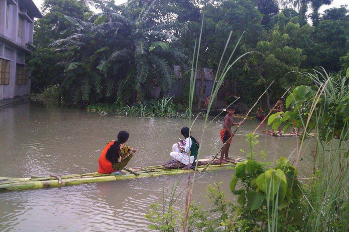 « Bamboo rafts, Bangladesh » par Ashim71 — Travail personnel. Sous licence CC BY-SA 4.0 via Wikimedia Commons - https://commons.wikimedia.org/wiki/File:Bamboo_rafts,_Bangladesh.jpg#/media/File:Bamboo_rafts,_Bangladesh.jpg