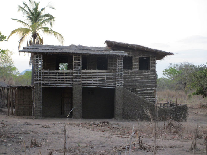 « 2 storey mud and bamboo house (8320462895) » par Ton Rulkens from Mozambique — 2 storey mud and bamboo house. Sous licence CC BY-SA 2.0 via Wikimedia Commons - https://commons.wikimedia.org/wiki/File:2_storey_mud_and_bamboo_house_(8320462895).jpg#/media