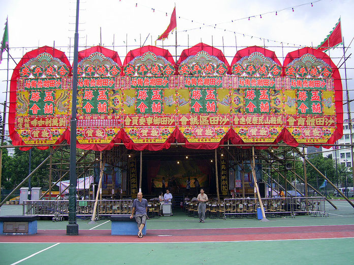 « HK ShatinYuLanFestival BambooFramedTheatre » par Chong Fat — Travail personnel. Sous licence CC BY-SA 3.0 via Wikimedia Commons - https://commons.wikimedia.org/wiki/File:HK_ShatinYuLanFestival_BambooFramedTheatre.JPG#/media/File:HK_ShatinYuLanFestival_B