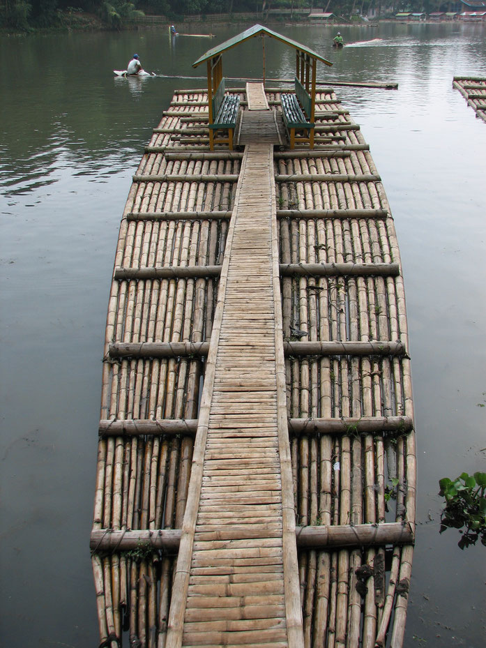 « Bamboo raft in Jakarta area » par Dohduhdah — Travail personnel. Sous licence Domaine public via Wikimedia Commons - https://commons.wikimedia.org/wiki/File:Bamboo_raft_in_Jakarta_area.jpg#/media/File:Bamboo_raft_in_Jakarta_area.jpg