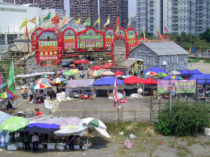« HK ChunKwanTemple 2009ChunKwanBirthdayFestival Venue » par Chong Fat — Travail personnel. Sous licence CC BY-SA 3.0 via Wikimedia Commons - https://commons.wikimedia.org/wiki/File:HK_ChunKwanTemple_2009ChunKwanBirthdayFestival_Venue.JPG#/media/File:HK_C
