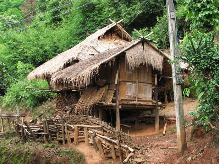 « Akha Hut » par Manuel Jobi — self-made Weltenbummler84. Sous licence CC BY-SA 2.0 de via Wikimedia Commons - https://commons.wikimedia.org/wiki/File:Akha_Hut.JPG#/media/File:Akha_Hut.JPG