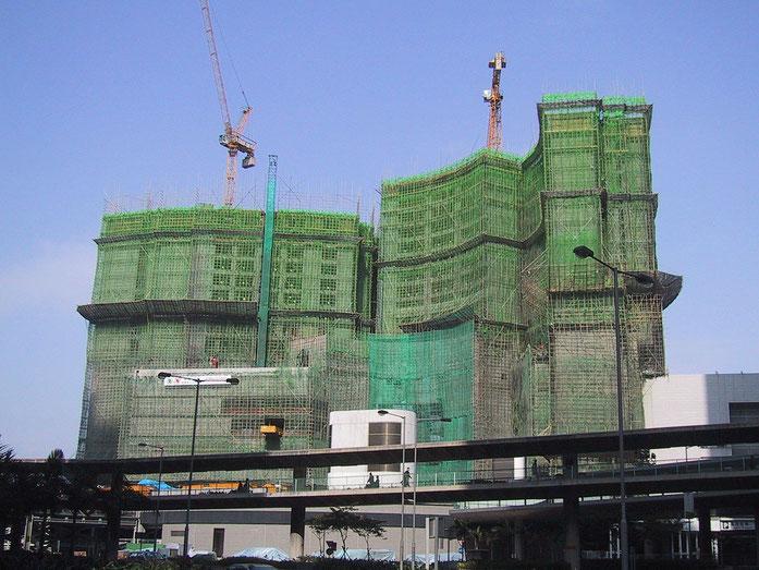"""BambooConstructionHongKong"" by Chris 73 / Wikimedia Commons. Licensed under CC BY-SA 3.0 via Commons - https://commons.wikimedia.org/wiki/File:BambooConstructionHongKong.jpg#/media/File:BambooConstructionHongKong.jpg"
