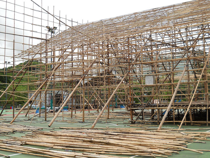 «HK BambooScaffoldingTheatre Frame» par Chong Fat — Travail personnel. Sous licence CC BY-SA 3.0 via Wikimedia Commons - https://commons.wikimedia.org/wiki/File:HK_BambooScaffoldingTheatre_Frame.JPG#/media/File:HK_BambooScaffoldingTheatre_Frame.JPG