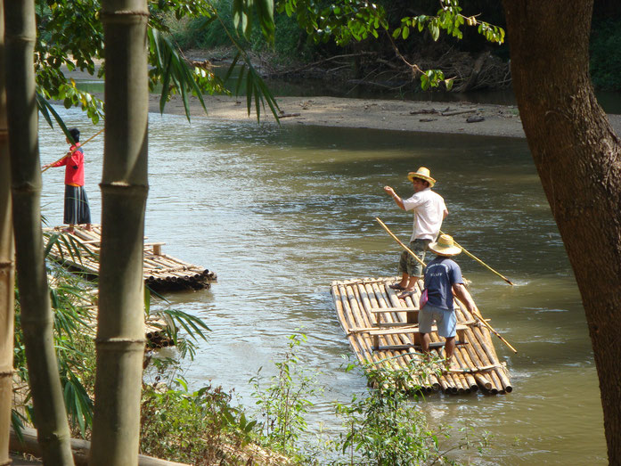 « Bamboo raft » par Yuval Haimovits — Flickr: Bamboo raft. Sous licence CC BY 2.0 via Wikimedia Commons - https://commons.wikimedia.org/wiki/File:Bamboo_raft.jpg#/media/File:Bamboo_raft.jpg