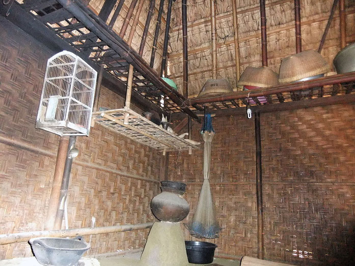 «Traditional Sasak house bedroom kitchen for women 2» par Midori — Travail personnel. Sous licence CC BY 3.0 via Wikimedia Commons - https://commons.wikimedia.org/wiki/File:Traditional_Sasak_house_bedroom_kitchen_for_women_2.JPG#/media/File:Traditional_