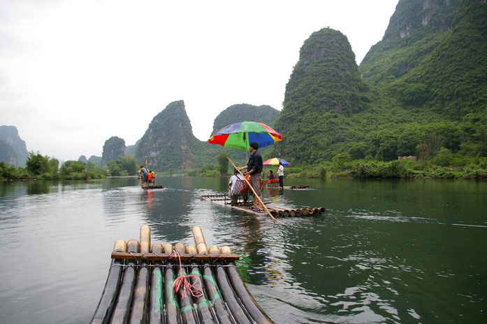 « 20090502 Yangshuo Yulong River 6125 » par Jakub Hałun — Travail personnel. Sous licence GFDL via Wikimedia Commons - https://commons.wikimedia.org/wiki/File:20090502_Yangshuo_Yulong_River_6125.jpg#/media/File:20090502_Yangshuo_Yulong_River_6125.jpg