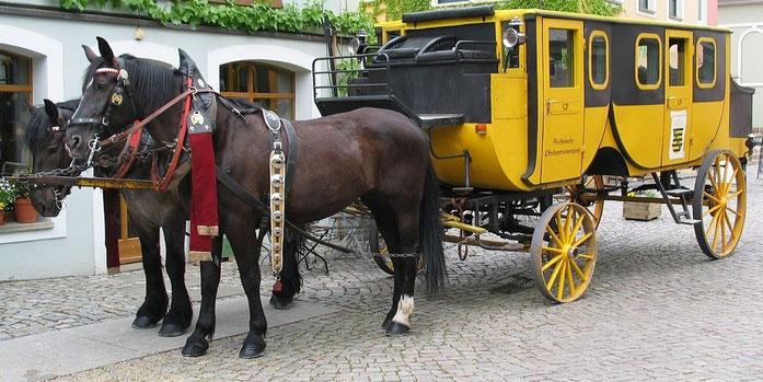 Nachbau einer sächsischen Pferdepostkutsche zur vergnüglichen Fahrt für Touristen
