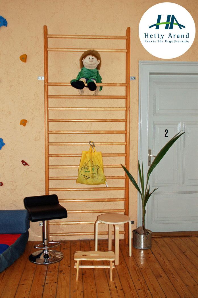 Hier sitzt das Praxis- Maskottchen auf einer Sprosse der Kletterwand.