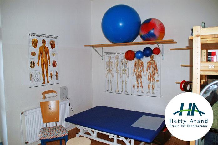 Zu sehen ist der Raum für neurologische Behandlungen der Praxis für Ergotherapie von Hetty Arand im Herzen von Langehagen.