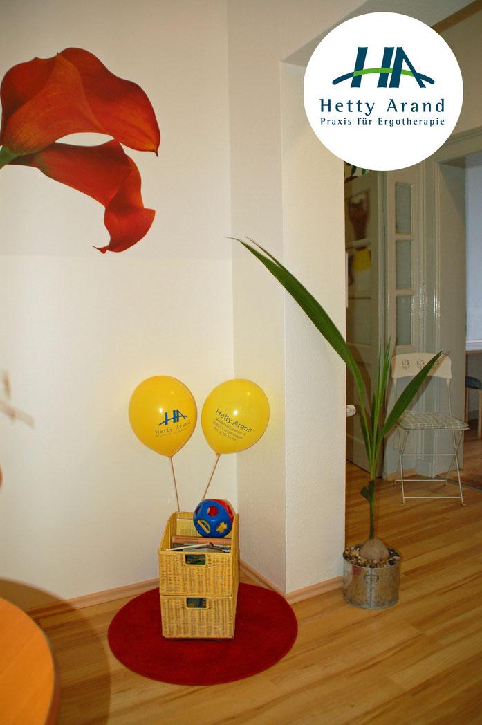Zu sehen sind zwei Luftballons mit dem Praxislogo.