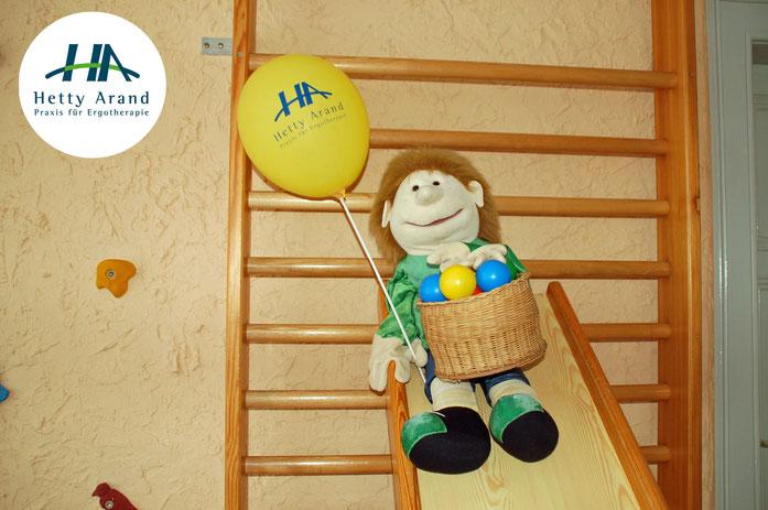 Zu sehen ist eine Puppe, das Maskottchen der Praxis für Ergotherapie von Hetty Arand im Herzen von Langehagen.
