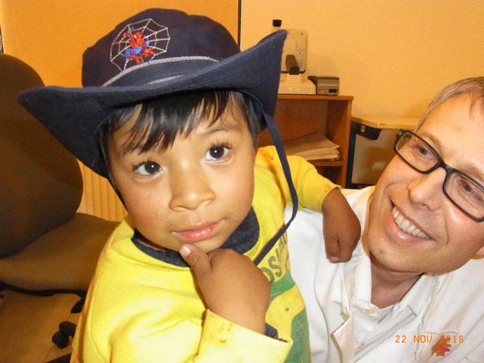 Dr Werner Keßler mit einem von ihm operierten im Missionskrankenhaus Diospi Suyana peruanischen Jungen (Peru)