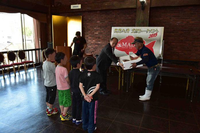 今大会、トーナメント参加者から寄付された真鯛等を門司ケ関学園に寄贈いたしました。
