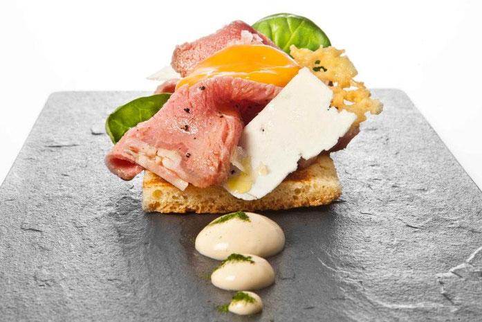 Pour le petit déjeuner. Fromage en crème, chips, lamelles.
