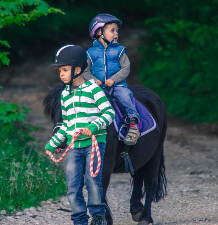 An den Ponynachmittagen Reiten die Kinder zu zweit mit dem selben Pony. Dabei ist immer eins am Führen. Die Kinder versorgen ihr Pony gemeinsam und werden begleitet, auch während des Ponyreitens. Spass garantiert!