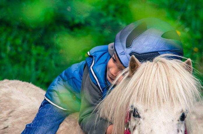 Promenades à poney accompagniées, thérapie équestre, après-midi à poney, équitation avec TATA, anniversaire et beaucoup plus sont notre offre pour des enfants et familles.