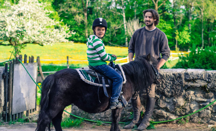 MUKI Reiten ist ein tolles Erlebnis für Kinder und Erwachsene. Gemeinsam wird das Pony für das Reiten vorbereitet und der Erwachsene begleitet sein Kind beim Ausritt. Ponyreiten als super Event.