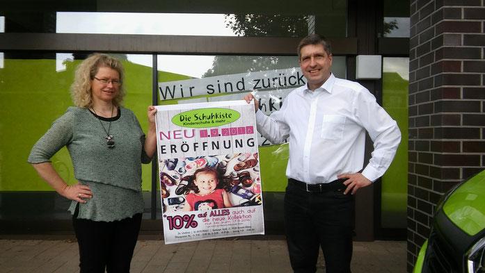 Die Inhaber Anne und Robert Fuchs vor Ihrem Ladengeschäft in Henstedt-Ulzburg bei der Neueröffnung in der Hamburger Straße am 01.09.2016