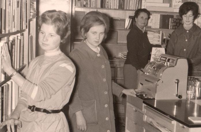 Fleissige Mitarbeiterinnen mit gestrenger Seniorchefin im Hintergrund