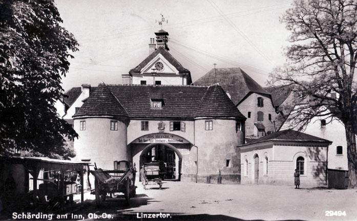 Vor dem Linzer Tor links die alte Schmiede und rechts das Waaghäusl