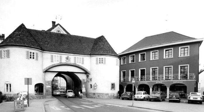 Das frisch gebaute Geschäftsgebäude neben dem noch unsanierten Tor