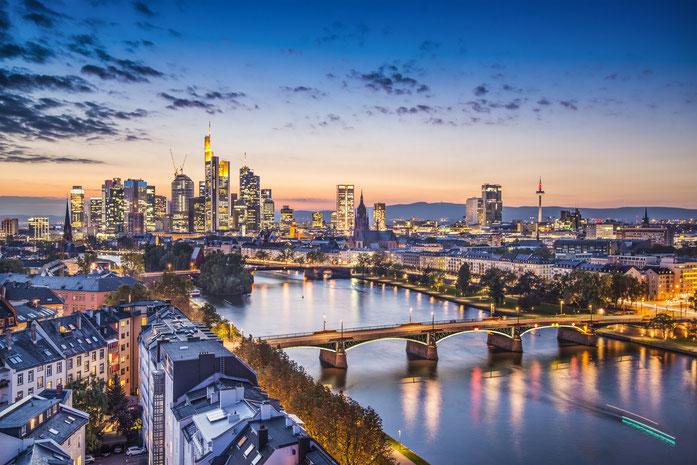Skyline von Frankfurt am Main in der Dämmerung; Detektiv Frankfurt, Kurtz Detektei Frankfurt