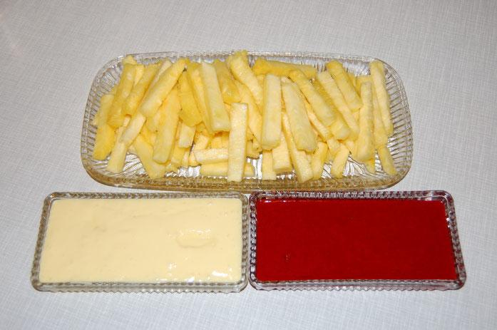 Süße Pommes mit Majo und Ketchup (Ananas mit Vanille- und Erdbeerdip)